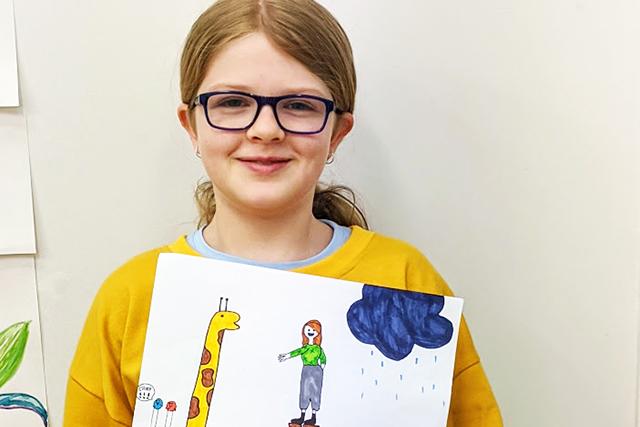 Kidz Artworx girl holding picture